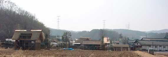 セットの全景(裏から。右端の建物が武重酒造の建物の一部)2002.2.27撮影